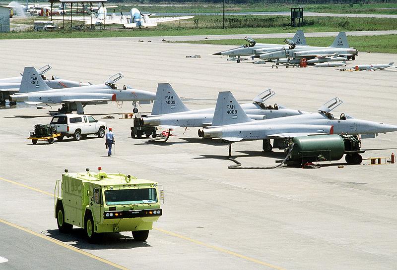 armée du Honduras. 800px-Honduran_and_USAF_F-5Es_in_1989