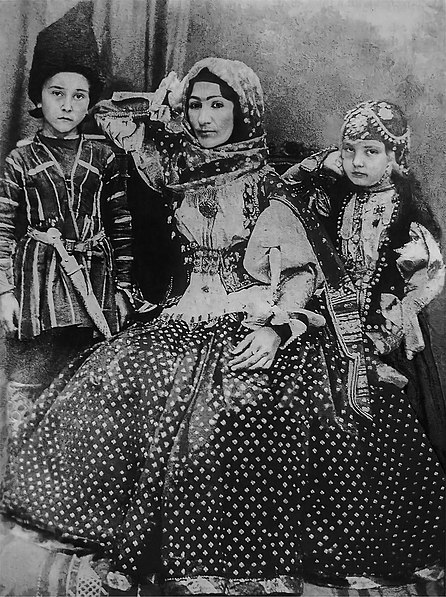 Şəkil:Hurshidbanu Natavan with her children.jpg