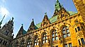 Im Innenhof des Hamburger Rathauses, das von 1886 bis 1897 im historistischen Stil der Neorenaissance erbaut wurde. - panoramio.jpg