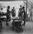 In een provisorische buitenkeuken of veldkeuken wordt een maaltijd bereid, Bestanddeelnr 11339.jpg
