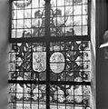 Interieur, gedeelte van gebrandschilderd raam, met twee wapens - Bloemendaal - 20400099 - RCE.jpg