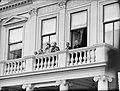 Intocht Koningin Juliana in Den Haag Koninlijke familie op balkon, Bestanddeelnr 903-0078.jpg