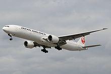 Pesawat Boeing 777-300ER sedang terbang.