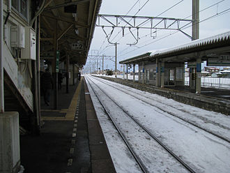 Kawabe Station (Aomori) - Platforms and snow-covered tracks