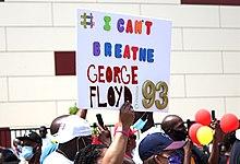 Demonstrant hält ein Schild mit der Aufschrift # Ich kann George Floyd '93 nicht atmen