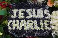 Je suis Charlie, couronne de fleurs sur la tombe de Tignous, le jour de son enterrement.jpg