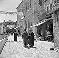 Jeruzalem. Orthodoxe joden op straat bij een van de vele talmoedscholen in de wi, Bestanddeelnr 255-0397.jpg