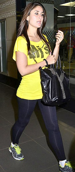 Kareena spotted at the International Airport 06.jpg