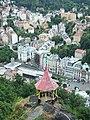 Karlovy Vary, pohled na město z vyhlídky nedaleko Jeleního skoku.jpg