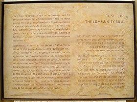 Erläuterungstafel zur Gemeinderegel im Nationalpark Khirbet Qumran am Toten Meer