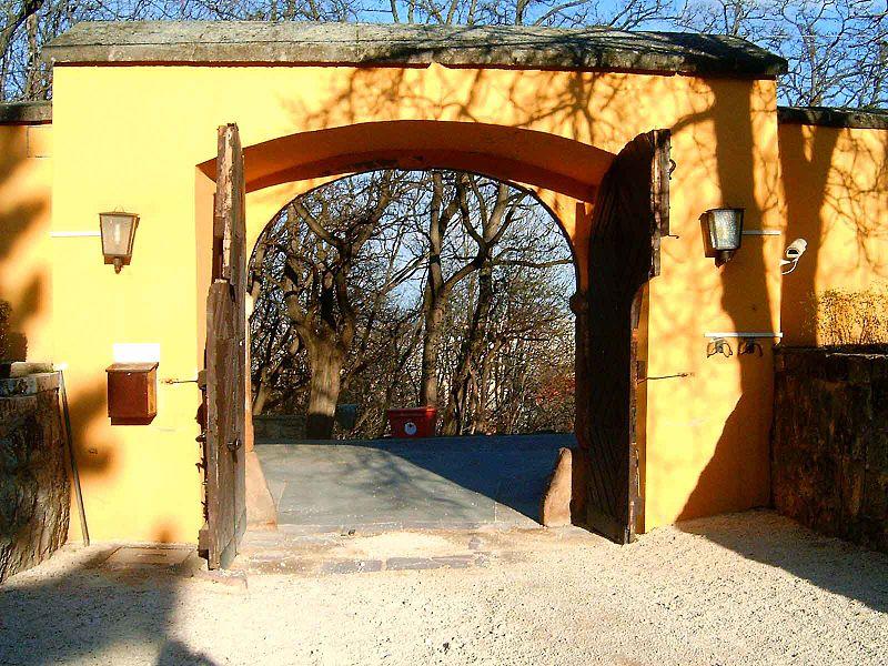 File:Kiscelli kastély bejárata.jpg