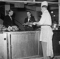 Koks en obers aan het werk in de keuken van restaurant Wivex, Bestanddeelnr 252-9145.jpg