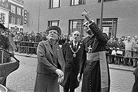 Koningin Juliana, burgemeester G. van de Ven en mgr. Bluyssen, Bestanddeelnr 927-5148.jpg