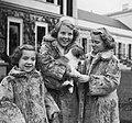 Koninklijk gezin op Soestdijk met hondje buiten, Bestanddeelnr 904-2781.jpg