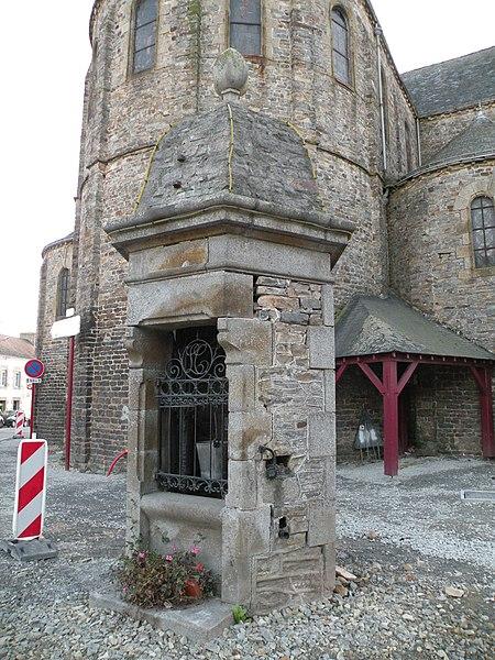 Puits près de l'église de La Croixille