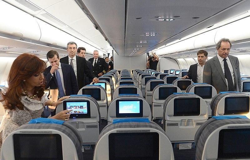 File:La presidenta Cristina Fernández recorre el nuevo Airbus A330-200 de Aerolíneas Argentinas, junto al titular de la compañía, Mariano Recalde 1.jpg