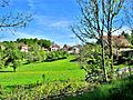 Le village, vu de la route vers Vercel-Villedieu-le-Camp.jpg
