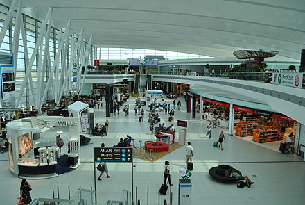 Budapest International Airport arrivals and departures lounge between terminal 2A and 2B, named SkyCourt Liszt Ferenc Repuloter 2-es terminal varocsarnok 06.JPG