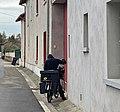Livraison du courrier à vélo en décembre 2020 (Saint-Maurice-de-Beynost, Ain, France).jpg