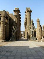 La cour de Ramsès II au temple de Louxor