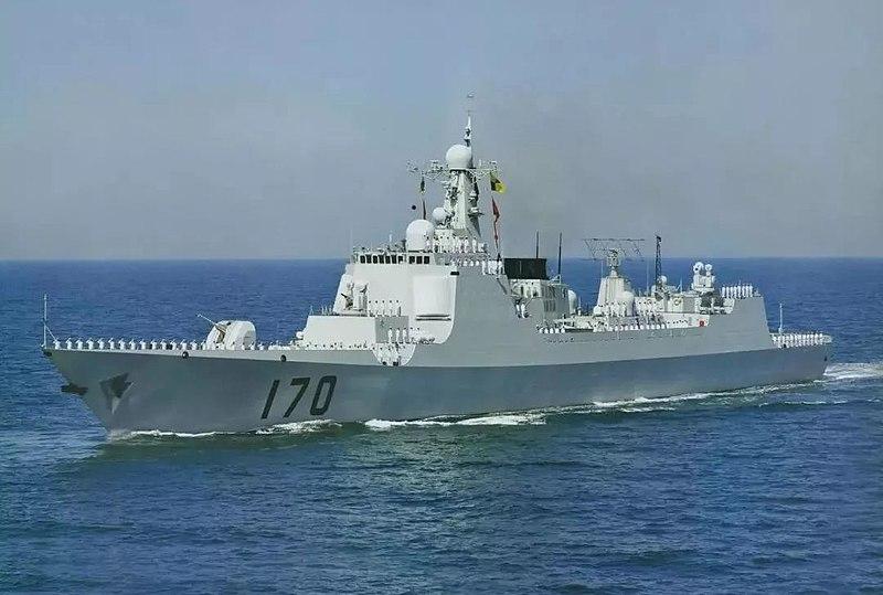 米軍艦の航行に警告を与えるミサイル駆逐艦「蘭州」(Wikipedia)