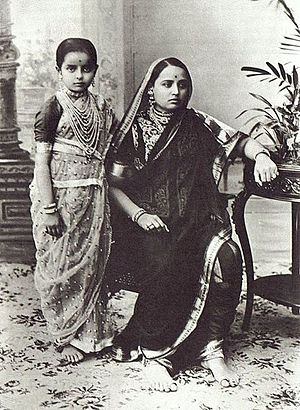 Sari - Woman and girl dressed in traditional Mahārāshtrian sāri