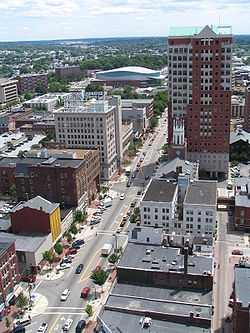 View o portion o downtoun frae Hampshire Plaza, leukin sooth along Elm Street, featurin 20-story Ceety Haw Plaza on richt