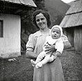 Mara Kravanja s sinom, Vrsnik - Pod Skalo, Soča 68 1952.jpg