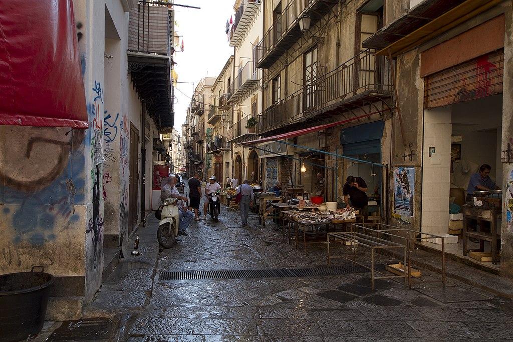 Marché de Vucciria dans la Vieille Ville de Palerme. Photo de Trolvag
