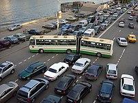 Пробка на Космодомианской набережной в Москве.