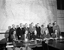 Foto: Delegation vor großer Kanadakarte