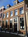 foto van Herenhuis 5 ramen breed, natuurstenen blokken boven vensters xvii, rechte kroonlijst, mansarde dak