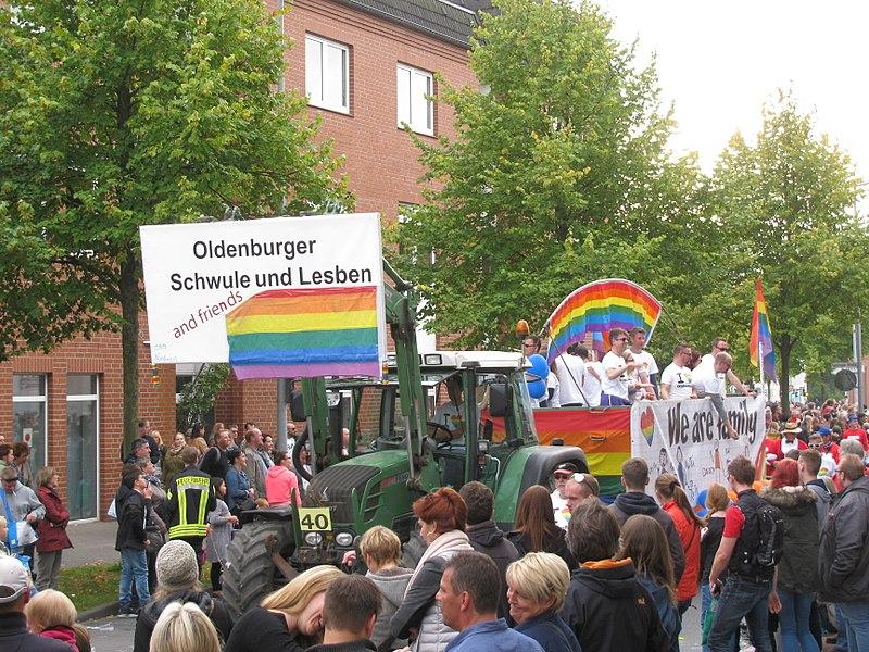 File:Oldenburg Kramermarktsumzug Schwule und Lesben.JPG