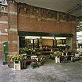 Overzicht van de gevel van de bloemenkiosk, gezien vanuit de doorgang rechts naar het perron - Groningen - 20389373 - RCE.jpg