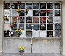 Cae en el cementerio de Père-Lachaise.