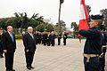 PRESIDENTE DE PANAMÁ COLOCA OFRENDA FLORAL ANTE MONUMENTO A LOS PRECURSORES AL INICIAR VISITA DE ESTADO AL PERÚ (4929226879).jpg