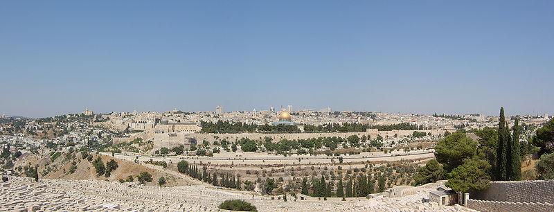 Panorama Jerozolimy widziana ze szczytu Góry Oliwnej we wschodniej części miasta. Na dole zdjęcia rozciąga się stary cmentarz żydowski. Po prawej widoczne są drzewa i krzewy Ogrodu Oliwnego. W centrum widoczne jest Wzgórze Świątynne, gdzie kiedyś stała Świątynia Jerozolimska. Obecnie znajdują się tam Meczet Al-Aksa, który prawdopodobnie był kiedyś bizantyjską bazyliką (z lewej strony) oraz Kopuła na Skale, z której, według muzułmańskiej tradycji, Mahomet wstąpił do nieba (pozłacana, w samym środku fotografii). Szara kopuła, na zdjęciu widoczna bezpośrednio po lewej stronie Kopuły na Skale, należy do Bazyliki Grobu Świętego, w której znajduje się grób Chrystusa oraz Golgota. Ściana Płaczu jest niewidoczna na zdjęciu, ponieważ przylega do Wzgórza Świątynnego od zachodu. Stare miasto otoczone jest osmańskimi murami obronnymi. Pod murami rozciąga się Dolina Cedronu (w części utożsamiana bez głębszej przyczyny z biblijną Doliną Jozafata), oraz Dolinę Gehenny. Poza murami obronnymi po lewej stronie u góry znajduje się Góra Syjon. Widoczna wieża należy do kościoła i klasztoru Zaśnięcia NMP. Na terenie Syjonu znajduje się także Wieczernik (miejsce ostatniej wieczerzy Jezusa) oraz symboliczny grób króla Dawida.