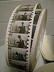 """Papieren afdruk van de film """"Le roi du maquillage"""", Georges Méliès begroet de camera, 1904"""