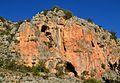 Parets roges amb coves al costat del riu Gorgos, Gata.JPG