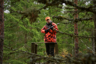Hunter on the stand during a driven hunt in Finland Paul Childerley driven hunt Finland 04.png