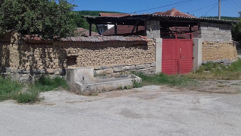 Pejnska česma i seoski trg oko nje u selu Koretištu