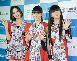 Perfume bei den KKBOX Music Awards in Taiwan (2014). Von links nach rechts: Nocchi, A~chan, Kashiyuka.