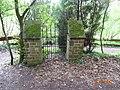 Petite porte dans le bois - panoramio.jpg