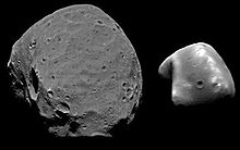 Mozaika czarno-białych zdjęć. Dwa nieregularne, skaliste obiekty pokryte kraterami.