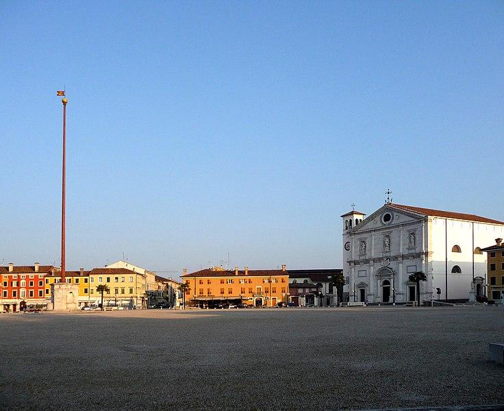 File:Piazza Centrale e Duomo Dogale - panoramio.jpg