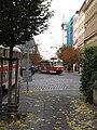 Praha, dočasná zastávka Zovnařka,tramvaj č. 22 odbočuje vlevo.JPG