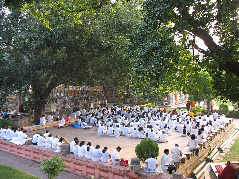 Bestand:Praying pilgrims from Sri Lanka.jpg