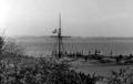 Priwall - Blick auf Flaggenmast und Bootssteg über das Pötenitzer Wiek - 1955.png