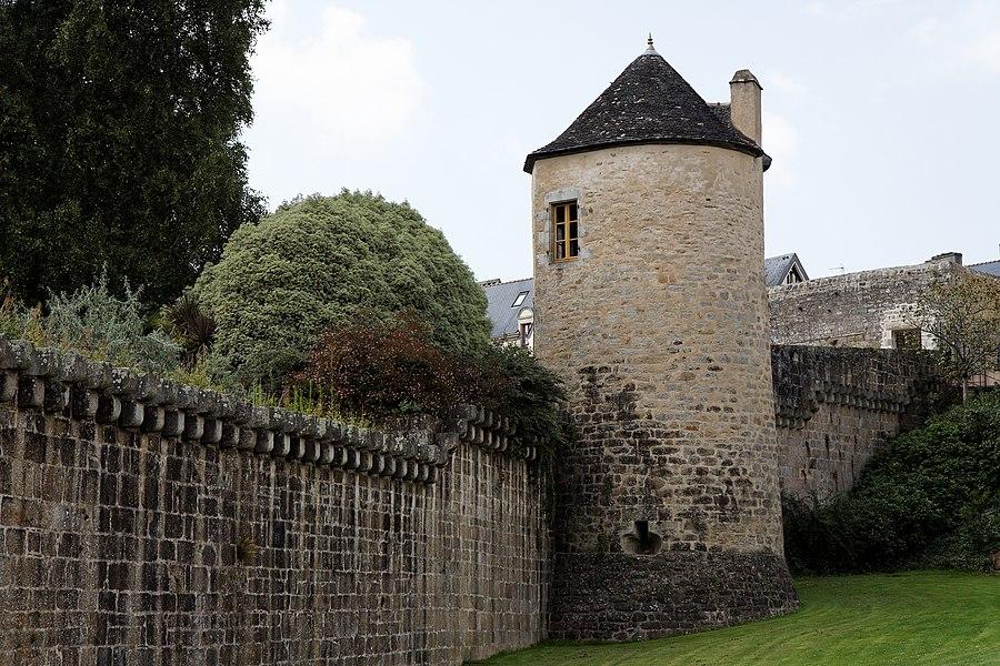 Les anciennes fortifications de la ville de Quimper avec la tour Nevet.