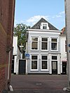 foto van Gepleisterde lijstgevel voor woonhuis van parterre en verdieping onder schilddak